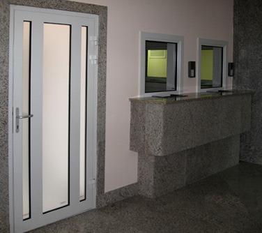 дверной блок из алюминиевого профиля
